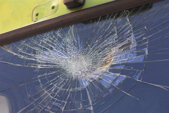 割れたフロントガラス
