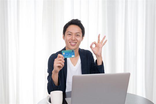 クレジットカードを持つ男性